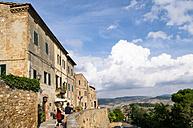 Italy, Tuscany, Pienza, View over Tuscany - GS000950