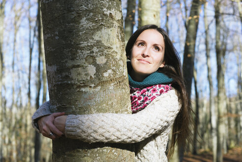 Portrait of woman hugging a beech tree - GEMF000070