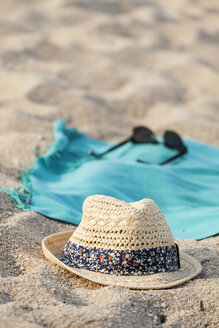Towel, sunglasses and straw hat on sandy beach - BZF000061