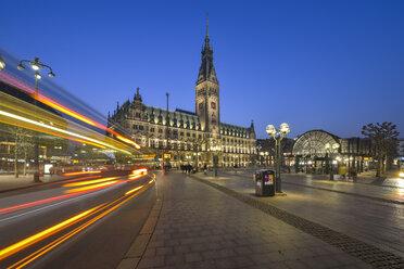 Germany, Hamburg, City hall at night - RJ000402