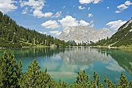 Austria, Tyrol, Ehrwald, Seebensee with Wetterstein Mountains - UMF000754