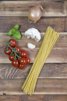 Spaghetti, garlic, onion, basil, vine tomatoes - YFF000328