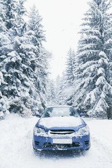 Bulgaria, Vitosha, car on a snowy road - BZF000058