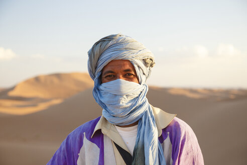 Morocco, portrait of nomad in the Sahara - STD000135