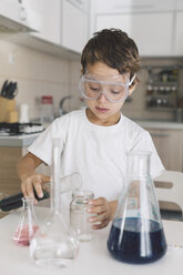 Boy playing science experiments at home - DERF000006