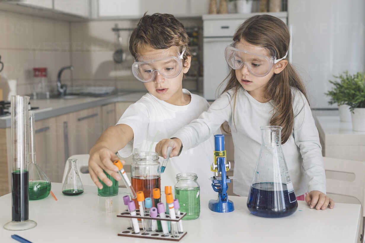 Boy and girl playing science experiments at home - DERF000023 - MelkinImages/Westend61