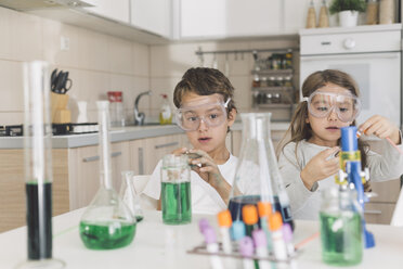 Boy and girl playing science experiments at home - DERF000026