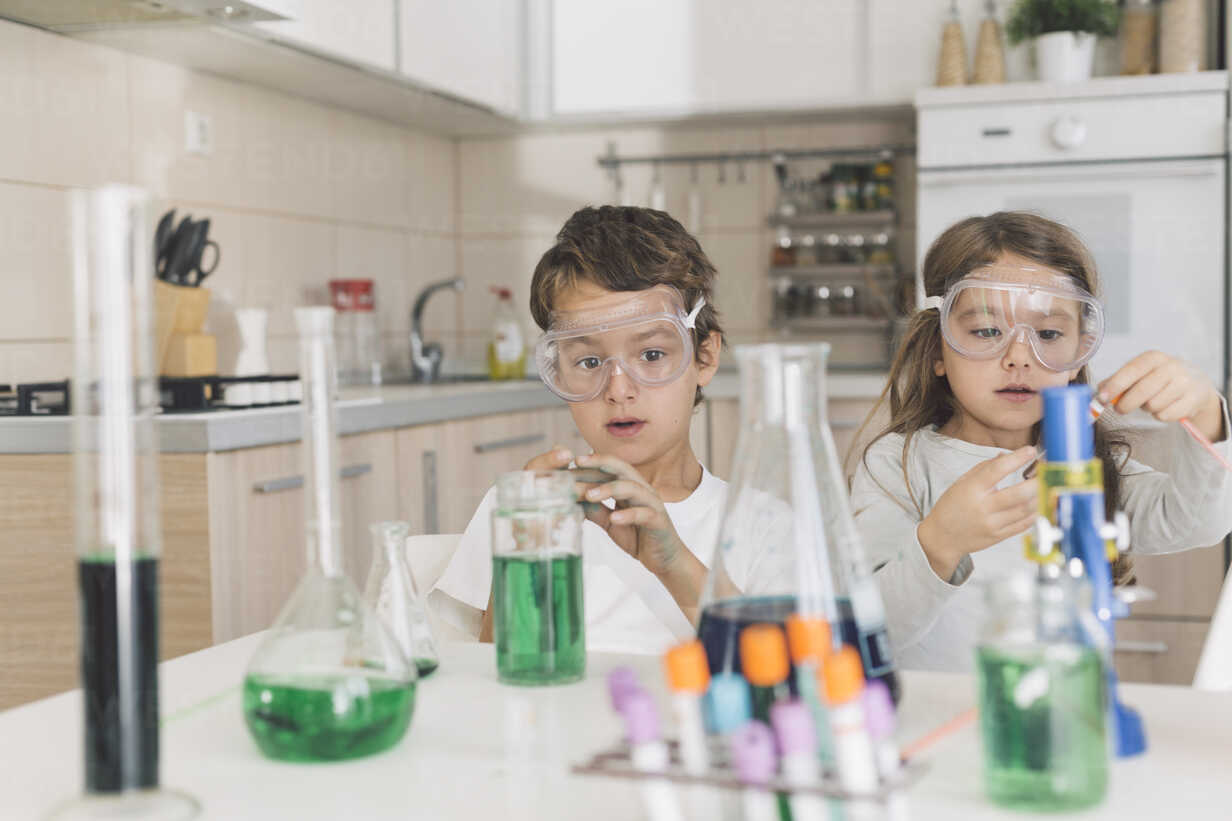 Boy and girl playing science experiments at home - DERF000026 - MelkinImages/Westend61