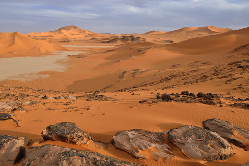 Africa, Algeria, Sahara, Tassili N'Ajjer National Park, Tadrart region, sand dunes and clay pan at southern Oued In Tehak - ES001548