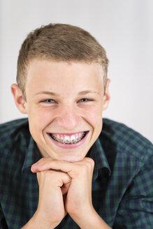 Portrait of smiling teenage boy with braces - DRF001472