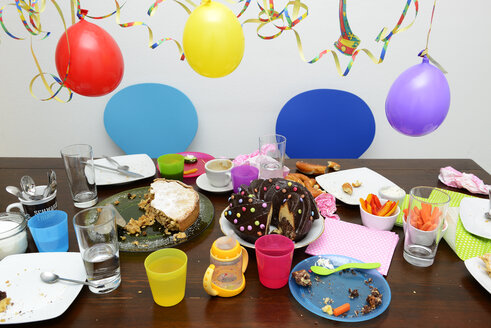 Table with leftovers of children's birthday party - LH000444
