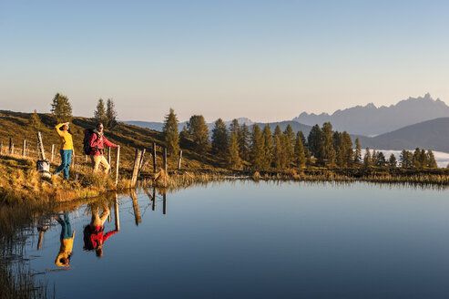 Austria, Altenmarkt-Zauchensee, young couple at mountain lake in the Lower Tauern - HHF005153