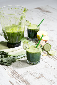Smoothie with spinach, cucumber, ginger and apple - MAEF009881
