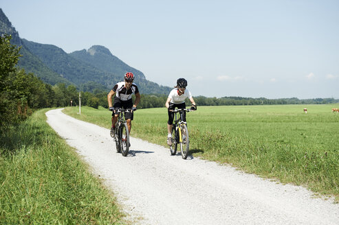 Austria, Kranzhorn, Couple mountain biking - MAOF000072