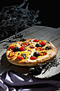 Foccaccia with black olives, tomatoes and oregano - CSF024960