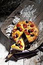 Sliced foccaccia with black olives, tomatoes and oregano - CSF024962