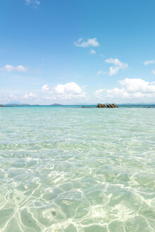 Philippines, Palawan, El Nido, clear turquoise water, blue sky and a small island - GEMF000119