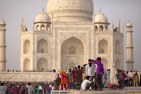 India, Uttar Pradesh, Agra, Tourists in front of Taj Mahal - PC000091