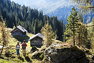 Austria, Altenmarkt-Zauchensee, young couple hiking - HHF005164