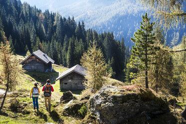 Austria, Altenmarkt-Zauchensee, young couple hiking - HHF005164