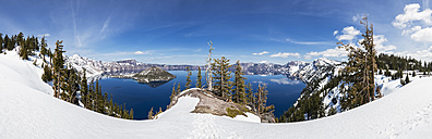 USA, Oregon, Crater Lake National Park, Vulkan Mount Mazama, Crater Lake and Wizard Island with Mount Scott in winter - FOF007804