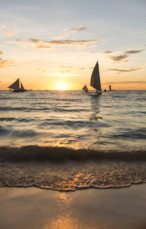 Philippines, Boracay, sunset with sailing boats - GEMF000122
