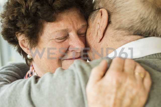 Hugging senior couple - UUF003577 - Uwe Umstätter/Westend61