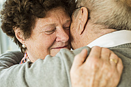 Hugging senior couple - UUF003577