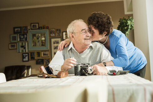 Senior couple with old camera at home - UUF003589