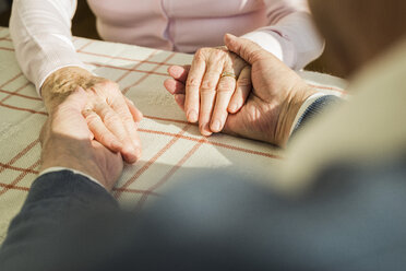 Senior couple holding hands - UUF003597