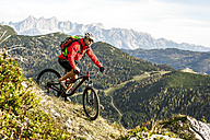 Austria, Altenmarkt-Zauchensee, young mountain biker driving at Low Tauern - HHF005292