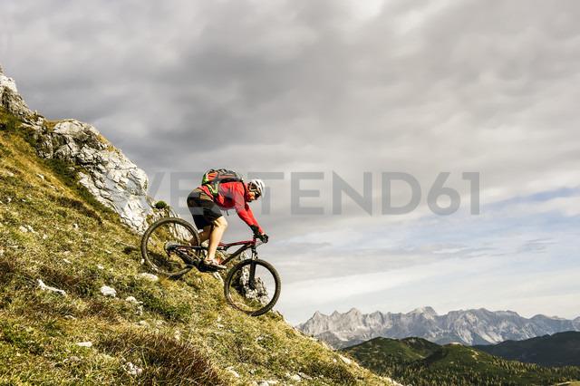 Austria, Altenmarkt-Zauchensee, young mountain biker driving at Low Tauern - HHF005281 - Hans Huber/Westend61