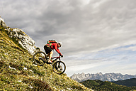 Austria, Altenmarkt-Zauchensee, young mountain biker driving at Low Tauern - HHF005281