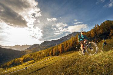 Austria, Altenmarkt-Zauchensee, young mountain biker driving at Low Tauern - HHF005295