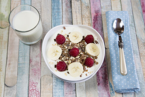 Yoghurt with muesli, raspberries and bananas - SARF001515