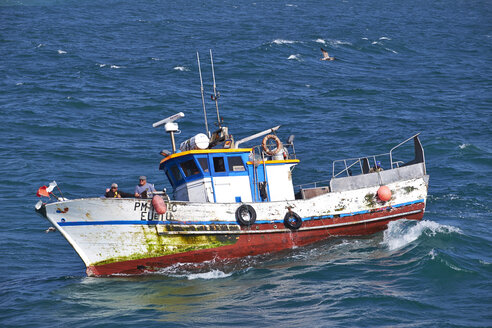 Portugal, Algarve, Sagres, fishing boat on the ocean - MR001570
