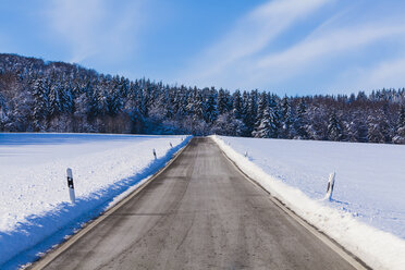 Germany, Baden-Wuerttemberg, Swabian Alb, country road in winter - WDF002986