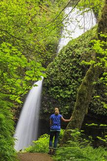 USA, Oregon, Multnomah County, Columbia River Gorge, Female tourist in front of Latourell Falls - FOF007888