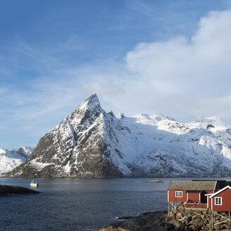 Norway, Lofoten, Hamnoy, view to Olstind Mountain - MKFF000179
