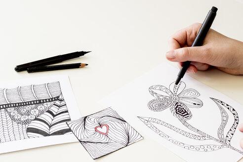 Hand drawing Zentangle motifs - CMF000237