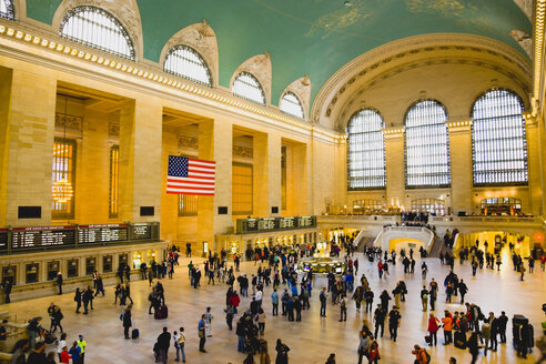 USA, New York, Manhattan, Grand Central Terminal main concourse busy with people - PS000679