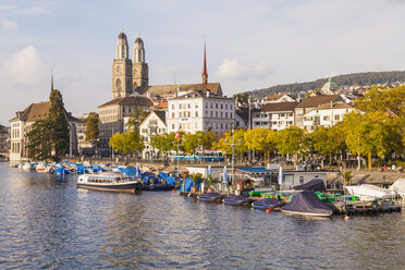 Switzerland, Zurich, River Limmat and pleasure boat at Uto Quai, Great Minster in the background - WDF003001