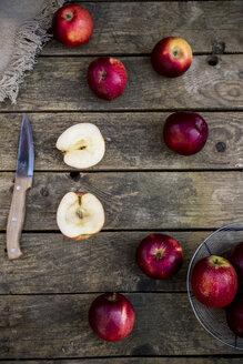 Red apples on dark wood - SARF001578