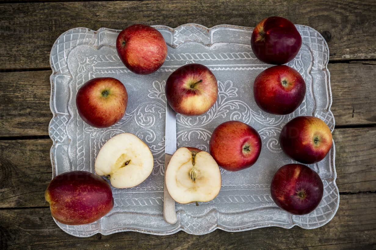 Red apples on tray and dark wood - SARF001580 - Sandra Roesch/Westend61