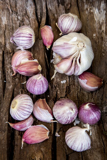 Two different sorts of garlic on dark wood - SARF001585
