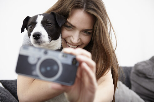 Young woman taking selfie with dog - RHF000718