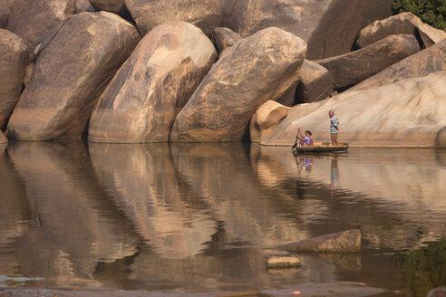 India, Karnataka, coracle boat and granite boulders at the Tungabhadra river near Hampi - PC000126