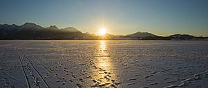Germany, East Allgaeu, near Fuessen, Lake Hopfensee in winter against the evening sun - WGF000631
