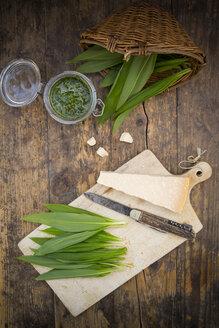 Glass of organic ramson pesto, ramson, knife and parmesan - LVF003146