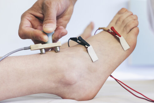 Chiropractor performing a Median NCV electrotherapy - BZF000101